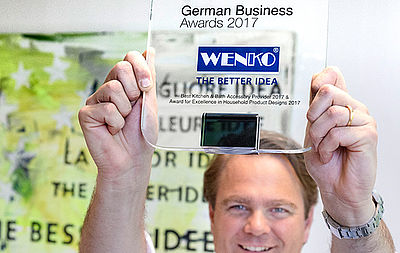 Niklas Köllner mit dem German Business Award in der Hand